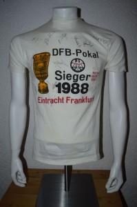 1988_T-Shirt_anlaesslich_des_DFB_Pokalsieges_gegen_VFL_Bochum_mit_Unterschriften_der_Mannschaft